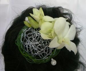 romantyczna przypinka do włosów z białych kwiatów