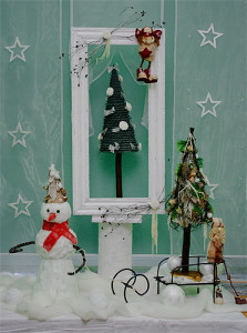 stroik bożonarodzeniowy w ramie z choinką