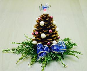 dekoracje bożonarodzeniowe - stroik z niebieską kokardą