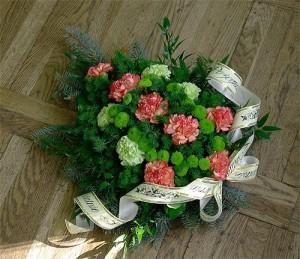 Wiązanka żałobna z różowymi kwiatami