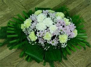 Wiązanka na grób z kwiatami fioletowymi i białymi