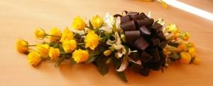 Wiązanka nagrobna z żółtymi kwiatami