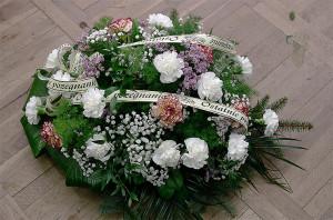 Wiązanka pogrzebowa z białą wstążką