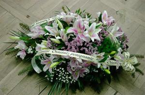 Wiązanka pogrzebowa z białymi liliami