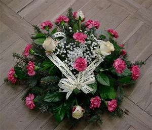 Wiązanka pogrzebowa z różowymi goździkami