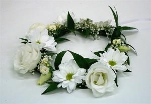 florystyka komunijna - wianek komunijny z białymi różyczkami