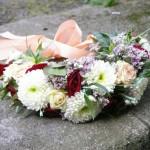 wianek komunijny z wieloma kwiatami