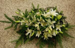 Wiązanka pogrzebowa z białych lilii