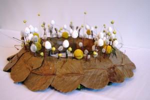 wielkanocny stroik z baziami i jajkami
