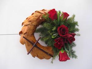 Wieniec pogrzebowy rzymski z czerwonymi kwiatami i krzyżem