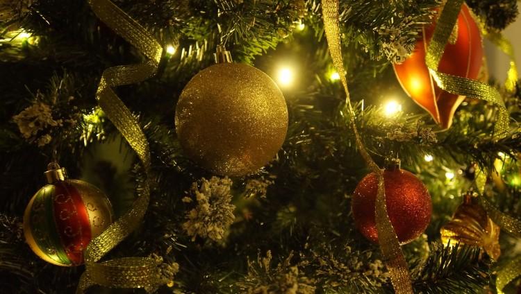 choinka świąteczna kolorowe bombki