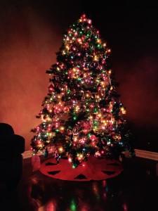 choinka świąteczna oświetlona lampkami