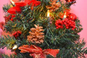 Choinka świąteczna z czerwonymi dodatkami