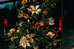 Choinka świąteczna - złote, modne ozdoby