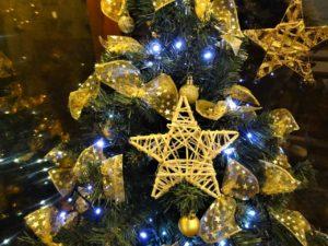 Złota choinka świąteczna z gwiazdą