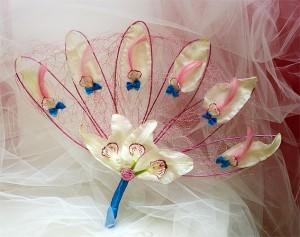 ślubny wachlarz kwiatowy różowo-biały z niebieskimi akcentami