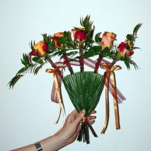 ślubny wachlarz kwiatowy z różami i wstążkami