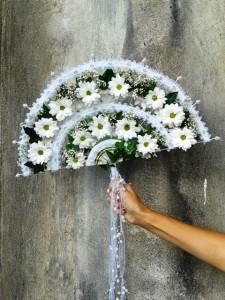 Wachlarz ślubny z białymi kwiatami