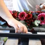 Walentynkowe śniadanie - dekoracja kwiatowa tacy
