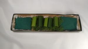 dekoracja stołu kwiatowe sushi - gąbka i liście w pudełku