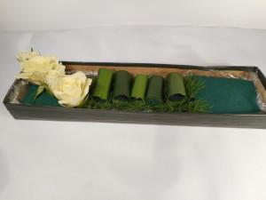 dekoracja stołu kwiatowe sushi - układanie kwiatów