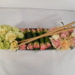 dekoracja stołu kwiatowe sushi z pałczkami