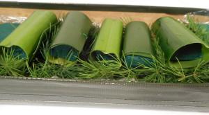 dekoracja stołu kwiatowe sushi - liście draceny zawinięte w gąbkę florystyczną