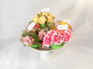 kompozycja na dzień kobiet - kwiatowe babeczki z imionami