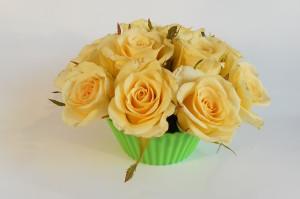 kwiatowa babeczka z żółtych róż