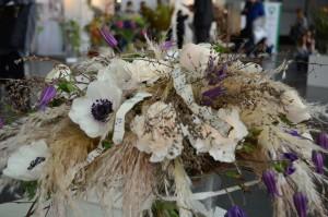 targi florystyczne biała kompozycja z trawami