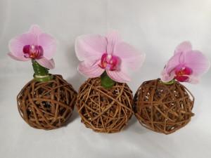 kwiatowe wazony z wykorzystaniem kul rattanowych