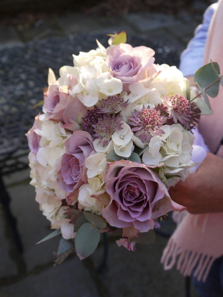 bukiet ślubny fiolet