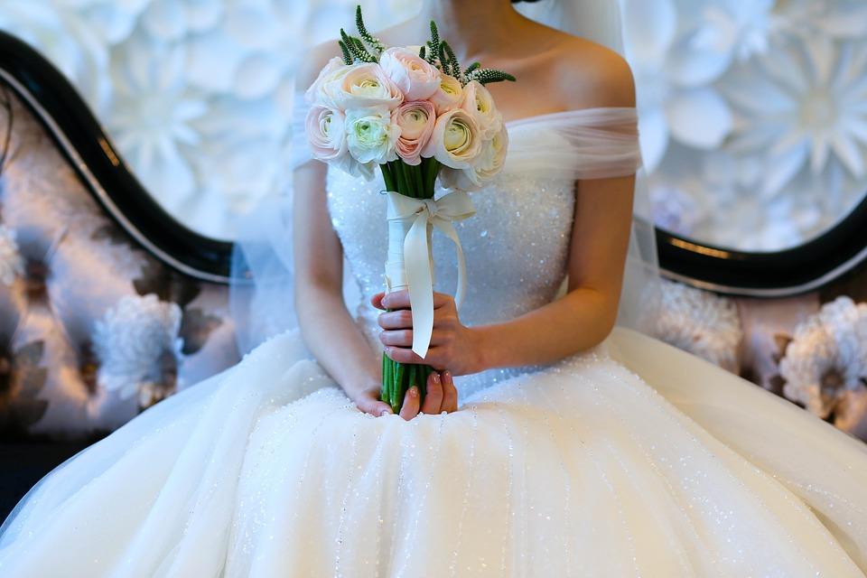 bukiet ślubny ze wstążką