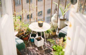 balkon ze stolikiem