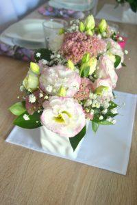 Dekoracja stołu na chrzciny - kwiaty
