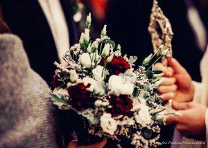zimowy ślub - purpurowe kwiaty