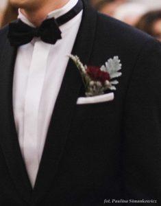 zimowy ślub - kwiaty w butonierce