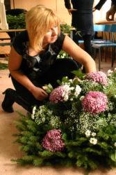 uczestniczka-przy-pracy-kurs-florystyczny-wieniec-żałobny