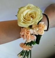Bransoleta z goździków i róży