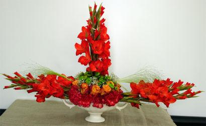Czerwona dekoracja kwiatowa w naczyniu
