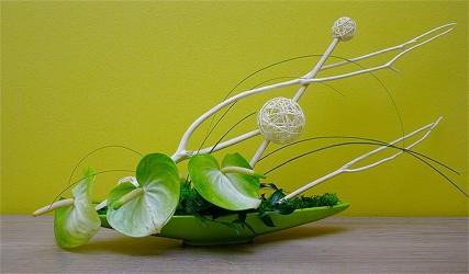 Dekoracja florystyczna biało-zielona w naczyniu