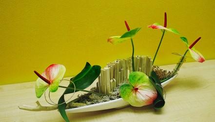 Dekoracja kwiatowa z bambusem w naczyniu