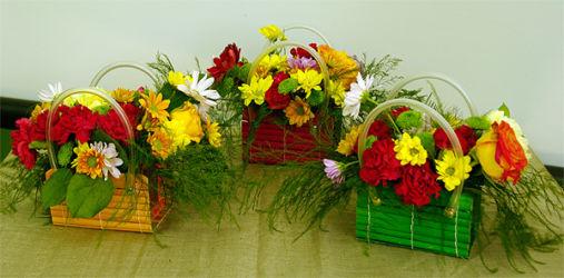 Kolorowe kwiaty w koszyczkach