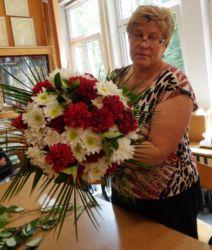 Kurs florystyczny Lublin - uczestnik kursu z kwiatami