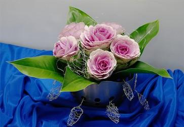 Róże w metalowym naczyniu