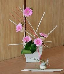 Różowe gerbery w naczyniu