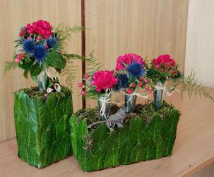 Różowo-niebieskie kompozycje kwiatowe w naczyniu