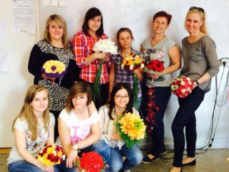 Szkoła florystyczna Warszawa - zdjęcie grupowe z kwiatami
