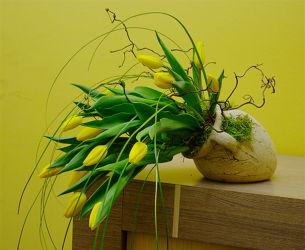 Żółte tulipany w naczyniu - dekoracja florystyczna