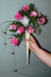 Bukiecik w rożku z różowymi różami